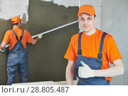 Купить «Plaster service. portrait of male plasterer», фото № 28805487, снято 31 марта 2018 г. (c) Дмитрий Калиновский / Фотобанк Лори