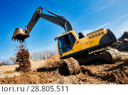 Купить «excavator loader machine at construction site», фото № 28805511, снято 20 апреля 2018 г. (c) Дмитрий Калиновский / Фотобанк Лори