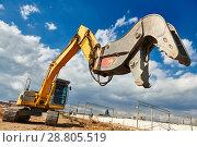 Купить «excavator crasher machine with crushing jaws at demolition on construction site», фото № 28805519, снято 21 апреля 2018 г. (c) Дмитрий Калиновский / Фотобанк Лори