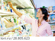 Купить «shopping in supermarket. Woman choosing foodproducts», фото № 28805623, снято 29 июня 2014 г. (c) Дмитрий Калиновский / Фотобанк Лори