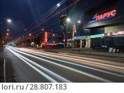 """Купить «Торгово-развлекательный центр """"Парус"""", ночной вид на городскую дорогу», фото № 28807183, снято 11 мая 2018 г. (c) А. А. Пирагис / Фотобанк Лори"""