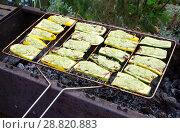 Купить «Приготовление кабачков с сыром на гриле», фото № 28820883, снято 23 июля 2018 г. (c) Елена Коромыслова / Фотобанк Лори