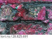 Фрагмент старой кирпичной стены, окрашенной много раз. Облупившаяся краска. Текстура. Фон. Стоковое фото, фотограф Алёшина Оксана / Фотобанк Лори