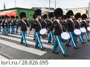 Купить «Drummers in procession of royal guardsmen», фото № 28826095, снято 9 декабря 2017 г. (c) EugeneSergeev / Фотобанк Лори