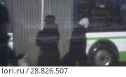 Купить «People at the bus stop, retro style video. Moscow, Russia», видеоролик № 28826507, снято 20 марта 2017 г. (c) Данил Руденко / Фотобанк Лори