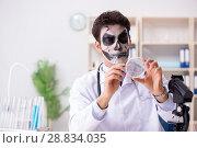 Купить «Scary monster doctor working in lab», фото № 28834035, снято 9 ноября 2017 г. (c) Elnur / Фотобанк Лори