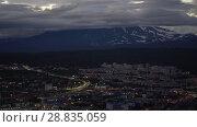 Купить «Ночной летний вид на город Петропавловск-Камчатский, Корякский вулкан», видеоролик № 28835059, снято 27 июля 2018 г. (c) А. А. Пирагис / Фотобанк Лори