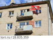 Купить «Пятиэтажный кирпичный жилой дом, построен в 1965 году. Смоленский переулок, 32. Московский район. Город Тверь. Тверская область», эксклюзивное фото № 28835359, снято 1 мая 2016 г. (c) lana1501 / Фотобанк Лори