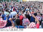Купить «Москва, Хорватские и Французские фанаты встретились на Никольской в преддверии финального матча Франция-Хорватия», эксклюзивное фото № 28841799, снято 14 июля 2018 г. (c) Дмитрий Неумоин / Фотобанк Лори