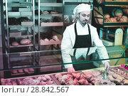 Купить «Man baker showing warm tasty croissant», фото № 28842567, снято 26 января 2017 г. (c) Яков Филимонов / Фотобанк Лори