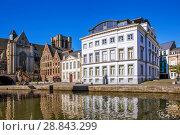 Купить «Красивая средневековая архитектура домов в фламандском стиле. Набережные Граслей и Коренлей. Гент. Бельгия», фото № 28843299, снято 6 мая 2018 г. (c) Сергей Афанасьев / Фотобанк Лори