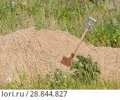 Купить «Лопата, воткнутая в кучу песка», фото № 28844827, снято 22 июня 2018 г. (c) Наталья Николаева / Фотобанк Лори