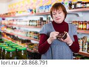 Купить «upset customer with wallet without money», фото № 28868791, снято 15 декабря 2017 г. (c) Яков Филимонов / Фотобанк Лори