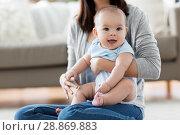 Купить «happy young mother with little baby at home», фото № 28869883, снято 23 февраля 2018 г. (c) Syda Productions / Фотобанк Лори