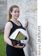 Купить «Белые открытый мотоциклетный шлем в руках у девушки», фото № 28870615, снято 16 июня 2018 г. (c) Кекяляйнен Андрей / Фотобанк Лори
