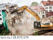 Купить «excavator crasher machine at demolition on construction site», фото № 28875579, снято 7 июля 2018 г. (c) Дмитрий Калиновский / Фотобанк Лори