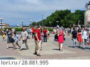 Купить «Горожане и гости Владивостока на Спортивной набережной  в летний воскресный день», фото № 28881995, снято 29 июля 2018 г. (c) Овчинникова Ирина / Фотобанк Лори