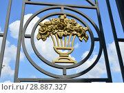 Купить «Фрагмент металлической ограды Центрального парка культуры и отдыха имени М. Горького. Город Москва», эксклюзивное фото № 28887327, снято 29 мая 2016 г. (c) lana1501 / Фотобанк Лори