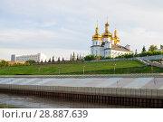 Купить «Tura River Embankment in Tyumen, Russia. Holy Trinity Monastery.», фото № 28887639, снято 2 августа 2018 г. (c) Землянникова Вероника / Фотобанк Лори