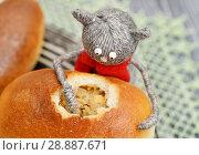 Купить «Игрушки. Кот ест лапами пирожок с капустой», фото № 28887671, снято 13 апреля 2018 г. (c) Dmitry29 / Фотобанк Лори