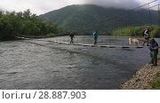 Купить «Рыбаки переправляются через горную реку по подвесному мосту», видеоролик № 28887903, снято 4 августа 2018 г. (c) А. А. Пирагис / Фотобанк Лори