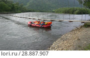 Купить «Рафт плывет по реке под низко висящим подвесным мостом», видеоролик № 28887907, снято 1 августа 2018 г. (c) А. А. Пирагис / Фотобанк Лори
