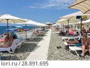 Купить «Городской пляж Адлера», фото № 28891695, снято 25 июля 2018 г. (c) Ирина Носова / Фотобанк Лори