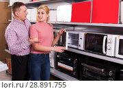 Купить «couple choosing new microwave for kitchen», фото № 28891755, снято 1 марта 2018 г. (c) Яков Филимонов / Фотобанк Лори