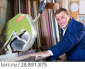 Купить «happy workman cutting wooden planks using circular saw», фото № 28891875, снято 12 ноября 2019 г. (c) Яков Филимонов / Фотобанк Лори