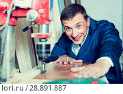 Купить «portrait of man in uniform working with electrical screwdriver o», фото № 28891887, снято 19 января 2019 г. (c) Яков Филимонов / Фотобанк Лори