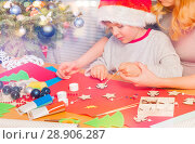 Купить «Mom helping little boy decorate Christmas ornament», фото № 28906287, снято 31 декабря 2016 г. (c) Сергей Новиков / Фотобанк Лори