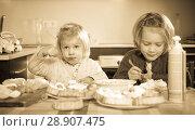 Купить «Kids eating pastry indoors», фото № 28907475, снято 14 декабря 2018 г. (c) Яков Филимонов / Фотобанк Лори