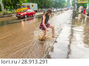 Купить «Russia, Samara, June 2018: A pedestrian crosses the road through deep water after a heavy rainfall.», фото № 28913291, снято 21 июля 2018 г. (c) Акиньшин Владимир / Фотобанк Лори