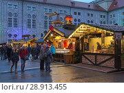 Купить «Рождественская деревня в Императорском дворе Мюнхенской резиденции вечером, Германия», фото № 28913455, снято 12 декабря 2017 г. (c) Михаил Марковский / Фотобанк Лори
