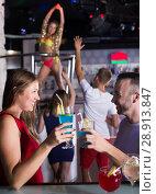 Купить «emale and male with cocktails clubbing», фото № 28913847, снято 28 августа 2017 г. (c) Яков Филимонов / Фотобанк Лори