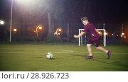 Купить «Young man runs up to the ball and kicks it, jumping on the spot», видеоролик № 28926723, снято 25 сентября 2018 г. (c) Константин Шишкин / Фотобанк Лори