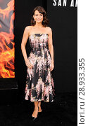 Carla Gugino (wearing a Rochas dress) at arrivals for SAN ANDREAS Premiere, TCL Chinese 6 Theatres (formerly Grauman's), Los Angeles, CA May 26, 2015. Photo By: Elizabeth Goodenough/Everett Collection. Редакционное фото, фотограф Elizabeth Goodenough/Everett Collection / age Fotostock / Фотобанк Лори