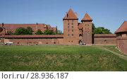 Купить «View of largest medieval brick Castle of Teutonic Order in Malbork, Poland», видеоролик № 28936187, снято 22 мая 2018 г. (c) Яков Филимонов / Фотобанк Лори