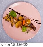 Купить «Top view of baked mushrooms with potatoes, caramelized shallot, balsamic», фото № 28936435, снято 23 апреля 2019 г. (c) Яков Филимонов / Фотобанк Лори