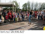 Купить «Соревнование по метанию мобильников среди девушек», фото № 28936827, снято 1 мая 2018 г. (c) Марина Шатерова / Фотобанк Лори