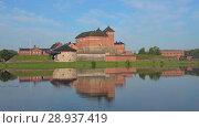 Купить «Летящий квадрокоптер снимает старинную крепость города Хямеэнлинна. Финляндия», видеоролик № 28937419, снято 24 июля 2018 г. (c) Виктор Карасев / Фотобанк Лори