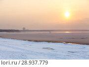 Купить «Закат при тумане в морозную погоду на Финском заливе, Сосновый бор», фото № 28937779, снято 21 января 2018 г. (c) Кекяляйнен Андрей / Фотобанк Лори