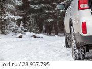 Купить «Автомобиль с зимней резиной стоит на заснеженной лесной дороге», фото № 28937795, снято 21 января 2018 г. (c) Кекяляйнен Андрей / Фотобанк Лори