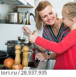 Купить «girl and mom with pot», фото № 28937935, снято 14 августа 2018 г. (c) Яков Филимонов / Фотобанк Лори