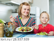 Купить «Adult mother and kid eating vegetable salad», фото № 28937939, снято 14 августа 2018 г. (c) Яков Филимонов / Фотобанк Лори