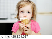 Купить «Lovely little toddler girl eats ice-cream», фото № 28938327, снято 4 августа 2018 г. (c) ivolodina / Фотобанк Лори