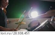 Купить «Dashing girl with black hair percussion drummer starts playing drums», видеоролик № 28938451, снято 19 июня 2019 г. (c) Константин Шишкин / Фотобанк Лори