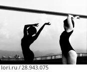 Купить «A beautiful girl dancing in the city», фото № 28943075, снято 7 июня 2018 г. (c) Restyler Viacheslav / Фотобанк Лори