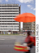 Купить «Berlin, Germany, Wuerstchenverkaeufer in Karl-Marx-Allee in Berlin-Mitte», фото № 28946563, снято 31 мая 2016 г. (c) Caro Photoagency / Фотобанк Лори