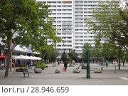 Купить «Berlin, Germany, prefabricated buildings on Anton-Saefkow-Platz in Berlin-Fennpfuhl», фото № 28946659, снято 19 июня 2016 г. (c) Caro Photoagency / Фотобанк Лори